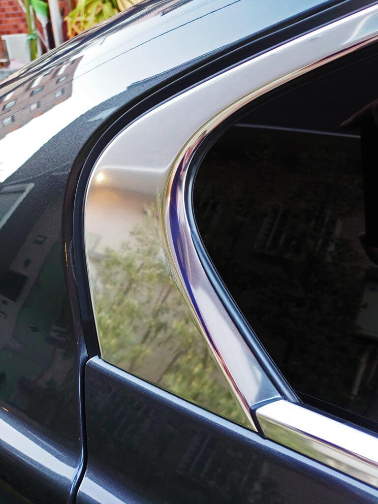 窓枠の白いシミ