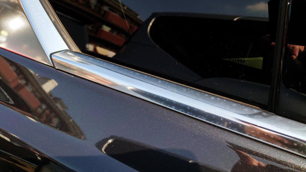ジャガーXE 窓枠の白いシミ